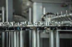 Productie van plastic flessen mineraalwaterlimonade het morsen van waterflessen milieuvriendelijke productie aan de lopende band Stock Afbeelding