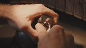Productie van ringen Juwelier die met was modelring werken in zijn workshop Ambachtjuwelen het maken Detail dat met laag wordt ge royalty-vrije stock foto's