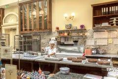 Productie van traditionele Weense cake Zacher in Wenen Stock Afbeeldingen