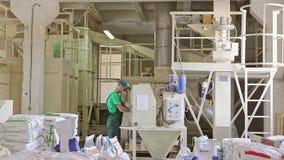 Productie van Voer voor Dieren Toegevoegde Vitaminen stock footage