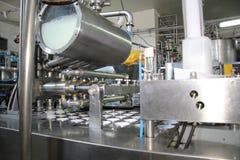 Productie van yoghurt stock afbeelding