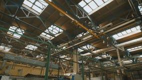 Productiegebouw met een hoog plafond en een groot aantal van industrieel materiaal op heel het grondgebied Veel metaal stock video
