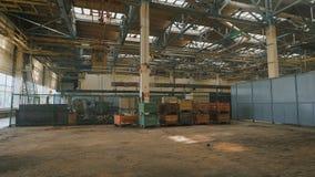 Productiegebouw met een hoog plafond en een groot aantal van industrieel materiaal op heel het grondgebied Veel metaal stock videobeelden