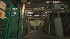 Productiegebouw met een hoog plafond en een groot aantal van industrieel materiaal op heel het grondgebied Veel metaal stock footage