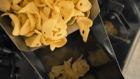 Productielijn gebraden snacks dicht omhoog stock video