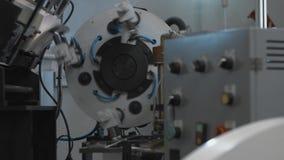 Productieproces van document kop voor koffie of thee Roterende machinedelen stock video