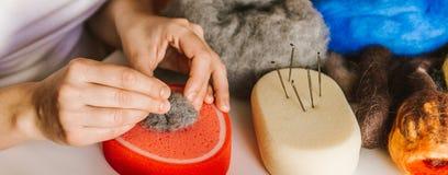Productieproces van wol zacht speelgoed stock afbeelding