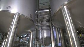 Productietanks, opslag bij een brouwerij Pipline bij een brouwerijfabriek stock videobeelden