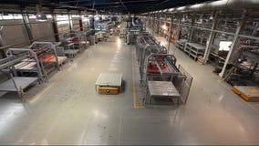Productietransportband, transportbandlijn, transportband, keramische tegel, ovenfirin, Productie van keramische tegels, productie stock video