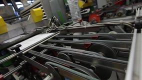 Productietransportband, transportbandlijn, transportband, keramische tegel, ovenfirin, productiebinnenland, Cer stock video