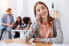 Productieve heldere vrouw die wat tijd vergen te spreken Stock Foto