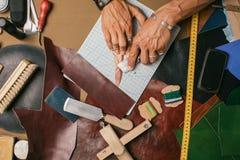 Production artisanale de cuir véritable avec des outils de DIY images stock