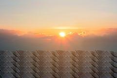 Production d'?lectricit? solaire sur beaucoup de piles solaires images stock