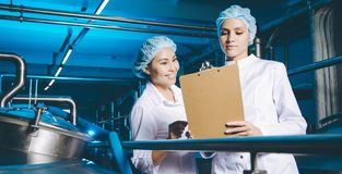 Production d'usine de lait photos stock