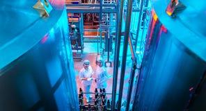 Production d'usine de lait images stock
