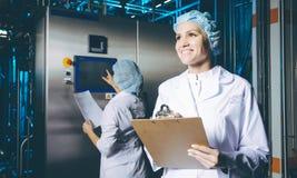 Production d'usine de lait photographie stock