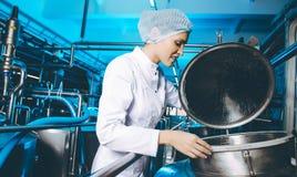 Production d'usine de lait photo stock