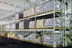 Production dans des étagères d'entrepôt Images libres de droits