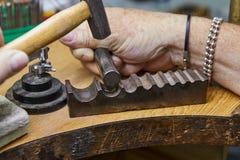 Production de bijoux E Le processus de faire des insertions photographie stock