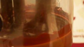 Production de chocolat chaud Mélange dans un fabricant professionnel de chocolat banque de vidéos
