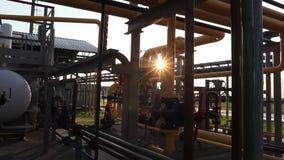Production de gaz et de pétrole Réseau et équipement de pipe-lines pour la station de production de gaz banque de vidéos