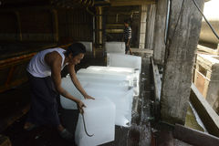 PRODUCTION DE GLACE DE L'ASIE MYANMAR MYEIK Image stock