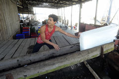PRODUCTION DE GLACE DE L'ASIE MYANMAR MYEIK Photos stock