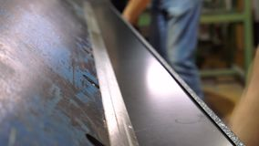Production de la toiture en métal de Roofingsheet en métal Outil sur la production de la tuile métallique banque de vidéos