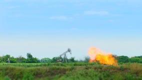 Production de pétrole au milieu de nature banque de vidéos