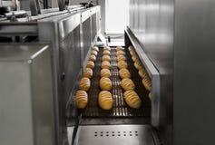 Production de pain à la boulangerie photo stock