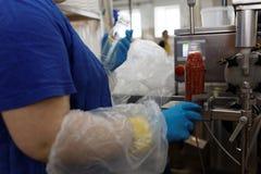 Production de sauce à ajika dans une usine de traitement des denrées alimentaires des produits alimentaires photos libres de droits