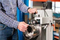Production de ventilation et de drain équipez le travail avec l'outil de roulement de production, machine électrique Outil et rec photos stock