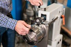 Production de ventilation et de drain équipez le travail avec l'outil de roulement de production, machine électrique Outil et rec image stock