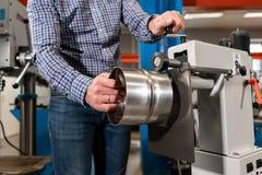 Production de ventilation et de drain équipez le travail avec l'outil de roulement de production, machine électrique Outil et rec photo libre de droits