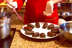 Production des gâteaux faits maison des biscuits et du beurre Photos libres de droits