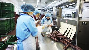 Production des saucisses. Usine de saucisse. Images stock