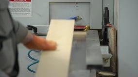 Production des socles Le travailleur sur la production Personne dans un tir Mains en grande partie dans un tir banque de vidéos