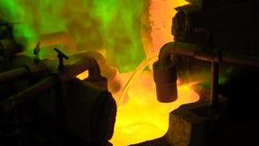 Production métallurgique Le métal fondu verse du four, le liquide chaud est très dangereux banque de vidéos