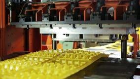 Production moderne des boîtes jetables d'oeufs dans le plan rapproché de magasin à l'intérieur clips vidéos