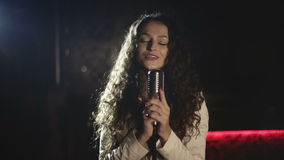 Production visuelle que l'agrafe de musique pour la jeune musique se tient le premier rôle Mouvement lent banque de vidéos