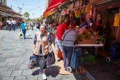 Producto alimenticio de la compra de la gente en el marke del local de Jerusalén Mahane Yehuda Imagenes de archivo