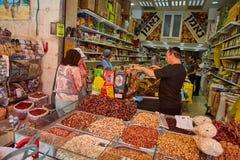 Producto alimenticio de la compra de la gente en el marke del local de Jerusalén Mahane Yehuda Imagen de archivo