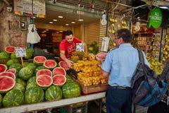 Producto alimenticio de la compra de la gente en el marke del local de Jerusalén Mahane Yehuda Foto de archivo libre de regalías