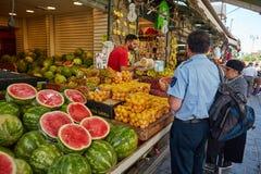 Producto alimenticio de la compra de la gente en el marke del local de Jerusalén Mahane Yehuda Fotografía de archivo