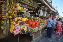 Producto alimenticio de la compra de la gente en el marke del local de Jerusalén Mahane Yehuda Imágenes de archivo libres de regalías