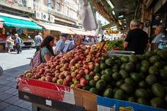 Producto alimenticio de la compra de la gente en el marke del local de Jerusalén Mahane Yehuda Fotos de archivo
