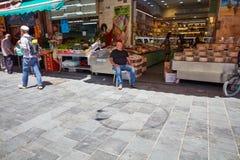 Producto alimenticio de la compra de la gente en el marke del local de Jerusalén Mahane Yehuda Foto de archivo