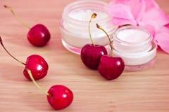 Producto de belleza con los ingredientes naturales (cerezas) Imagen de archivo