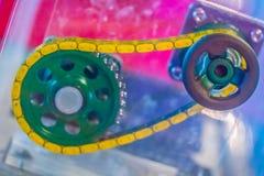Producto de la muestra de las cadenas del rodillo con los piñones Cadenas y sproc Imágenes de archivo libres de regalías