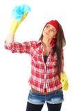 Producto de limpieza de discos femenino joven en la camisa roja, aislada Foto de archivo